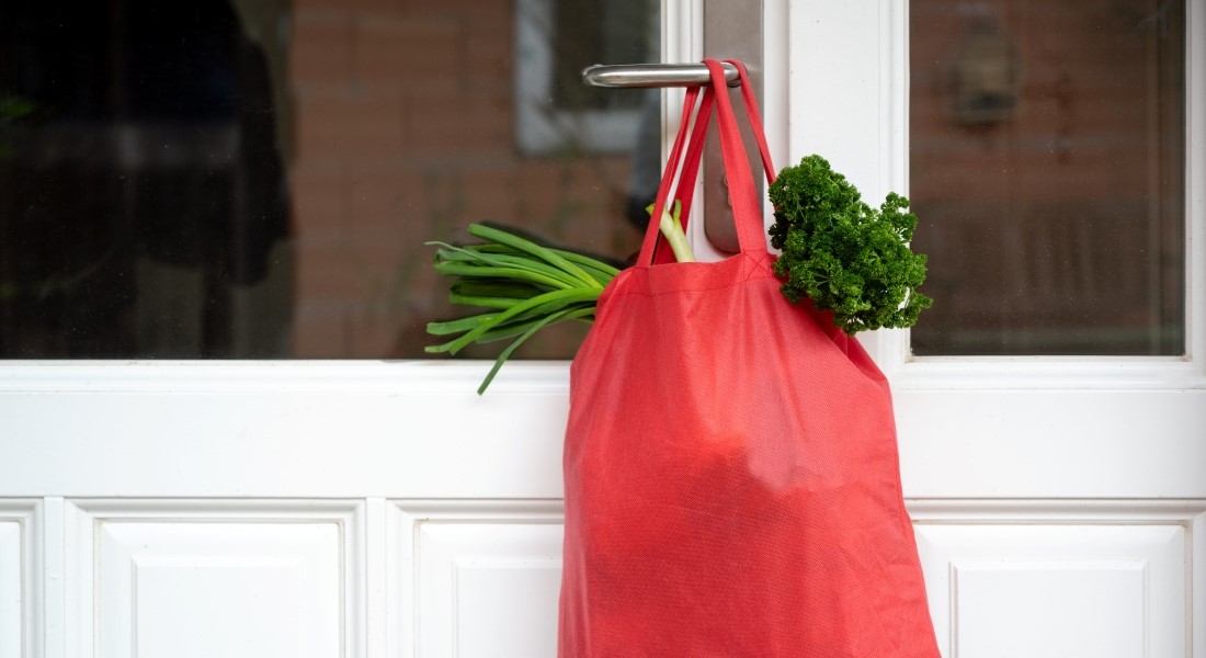 Helping with the groceries. Photo: Colourbox